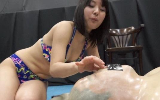 ビキニ美女・篠田彩音が痴女るバキュームベッドM男調教 4